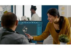 工业妇女设计师谈论与工作在CAD程序设计D P_15894023
