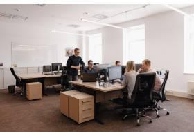 工作在办公室的小组年轻商人_7621155