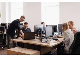 工作在办公室的小组年轻商人_7621156