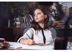 工作在绘图桌上的建筑师妇女在办公室_16077835