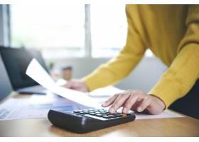 工作在财务和会计分析财务的女商人_16068292