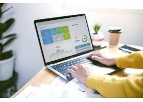 工作在金融和会计分析财务的商人_16068311