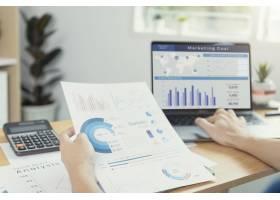 工作在金融和会计的商人分析财务图预算和计_16068231