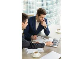 企业家在会议上讨论工作结果_3955594