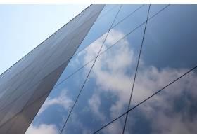 低角度射击了玻璃高层商业大厦与云彩的反射_7841812