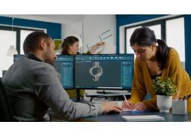 使用双显示器设置设计D齿轮和金属CLA的团队_15893993