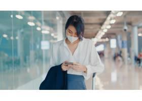 使用智能手机的亚裔企业女孩检查寄宿的通行_14407723