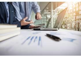 分析金融数据的商务顾问表示公司工作进展_1202220