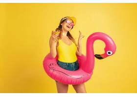 摆在海滩圆环与鸡尾酒在黄色背景的白种人_14222244