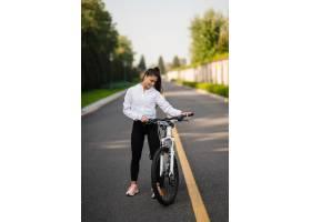 摆在白色自行车的美丽的女孩_13652730