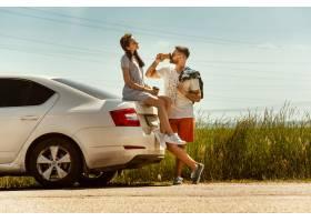 旅行在汽车的年轻夫妇在晴天_14461024