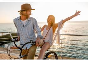 旅行在自行车的年轻可爱的男人和妇女在暑_13887249