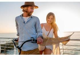 旅行在自行车的年轻可爱的男人和妇女在暑_13887253