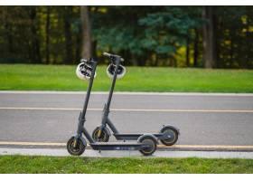 两个电子滑板车停在公园的边线路上_13652759