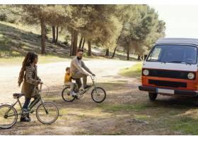 自行车本质上的家庭旅行_13697675