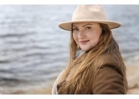 有帽子的中等射擊婦女在海邊_14120860
