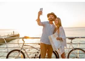 旅行在自行车的年轻可爱的微笑的愉快的男人_13887123