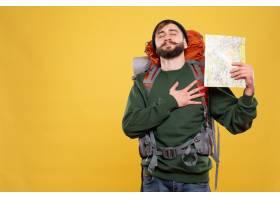 旅行概念与梦幻般的年轻人有背包和拿着地图_13578829