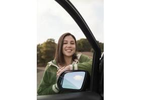 与女性旅客的浪漫自然概念_13605828