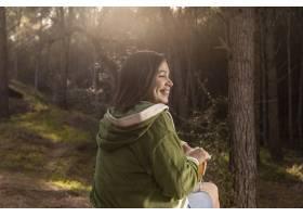 与女性旅客的浪漫自然概念_13605852