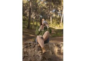 与女性旅客的浪漫自然概念_13605859