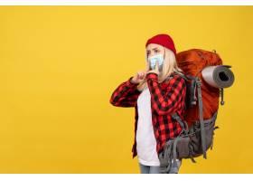 与她的背包的前视图白肤金发的旅行女孩站立_14200645