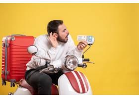与年轻人的旅行概念坐有手提箱的摩托车在它_14892034