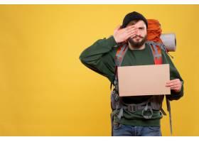 与年轻人的旅行概念有背包的和指向自由空间_13578794
