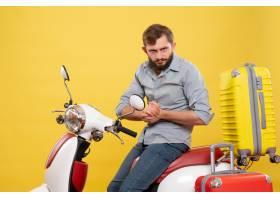 与年轻失望的有胡子的人的旅行概念坐摩托车_13578907