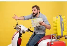 与年轻好奇有胡子的人的旅行概念坐摩托车和_13578905