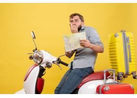 与年轻害怕的有胡子的人的旅行概念坐摩托车_13578961