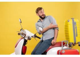 与年轻情感有胡子的人的旅行概念坐摩托车在_13578927