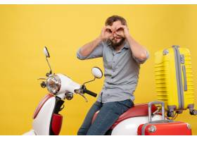 与年轻情感有胡子的人的旅行概念坐摩托车在_13578929