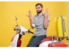 与年轻情感有胡子的人的旅行概念坐摩托车在_13578938