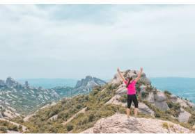 享受美好的多山風景的年輕女性在加泰羅尼亞_15914782