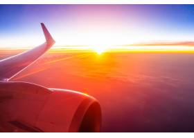 從飛機翼的美好的鳥瞰圖在白色云彩和天空在_4097419