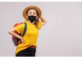 與背包的正面圖年輕旅客放的手在腰部_15004488