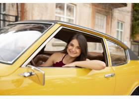 中等射击兴高采烈的女人驾驶汽车_15186712