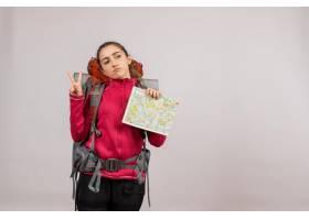 與拿著地圖的大背包的正面圖年輕旅客勝利標_15004523