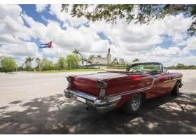 与纪念碑和古巴旗子的经典敞篷车汽车在背景_5031382