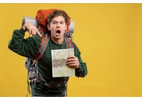 與背包的前視圖年輕男性拿著地圖_15002774