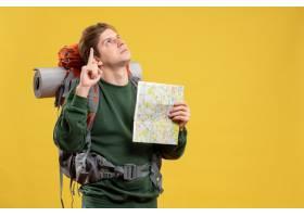 與背包的前視圖年輕男性拿著地圖_15002857