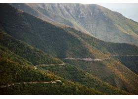 通過樹和山的鄉下路的鳥瞰圖_13962450