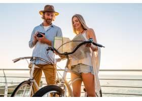 旅行在自行车的年轻可爱的男人和妇女拿着地_13887295