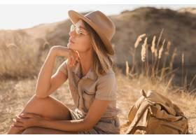 有吸引力的肉欲的少婦走在沙漠的卡其禮服_14105350