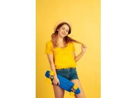 梦幻般的抱着滑冰在黄色演播室背景的白_14222228