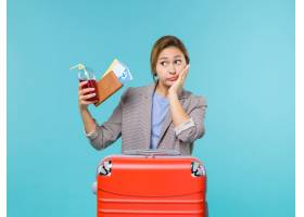 正面圖女性在假期拿著與票的汁液在藍色背景_14151507