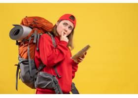 正面看法感興趣的女性背包客拿著旅行地圖_14205364