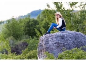 淺焦點射擊了一個歐洲女性的有牛仔帽的坐在_14192050