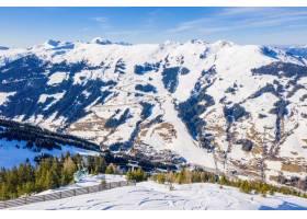 滑雪勝地和一個村莊的美好的鳥瞰圖山風景的_14501556